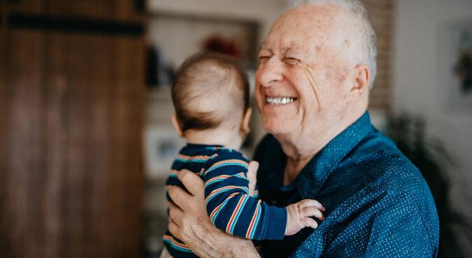 niños cuidados por abuelos