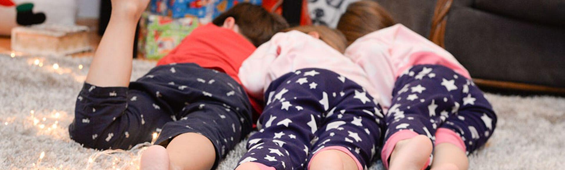Niños acostados con el mismo pantalón de pijama
